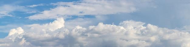 Panorama com uma longa nuvem branca em um céu azul