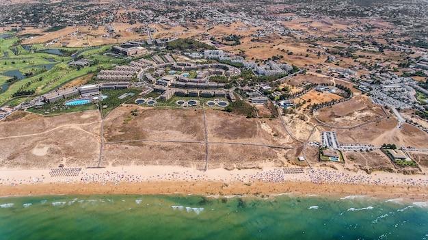 Panorama da aérea de albufeira na região do algarve, portugal, praia gale