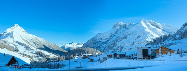 Panorama da aldeia de montanha de inverno (áustria, tirol, haselgehr).