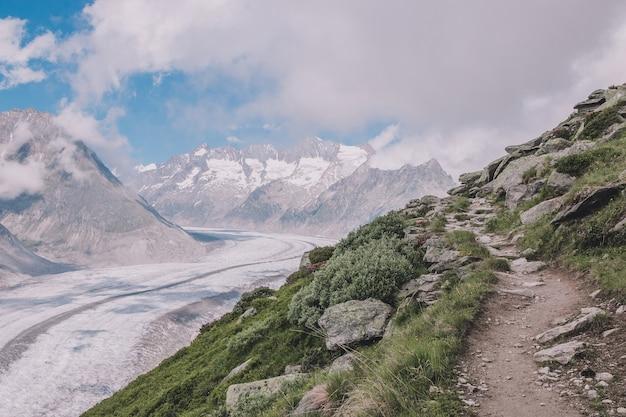 Panorama da cena de montanhas, caminhe pelo grande glaciar aletsch, faça a rota aletsch panoramaweg no parque nacional da suíça, europa. paisagem de verão, clima ensolarado, céu azul e dia ensolarado