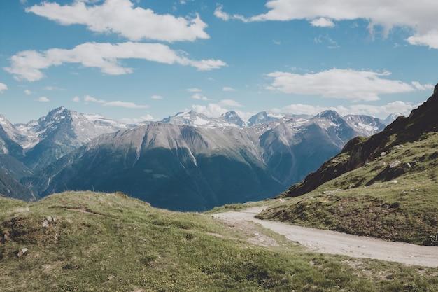 Panorama da cena de montanhas, rota grande aletsch glacier no parque nacional da suíça, europa. paisagem de verão, clima ensolarado, céu azul e dia ensolarado