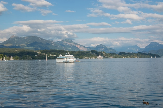 Panorama da cena do lago e das montanhas de lucerna em lucerna, suíça, europa. céu azul dramático e paisagem ensolarada de verão