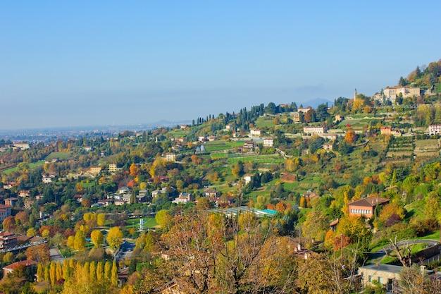 Panorama da cidade baixa e alta de bérgamo, itália