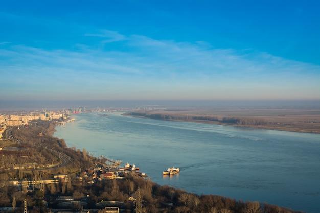 Panorama da cidade de galati e do rio danúbio na romênia