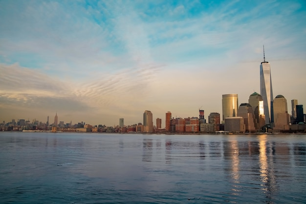 Panorama da cidade de nova york com arranha-céus no horizonte de manhattan