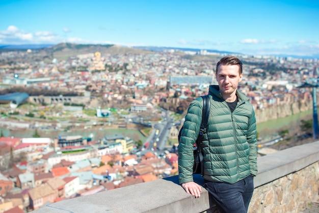 Panorama da cidade de tbilisi. cidade antiga, novo parque summer rike, rio kura, a praça europeia e a ponte da paz