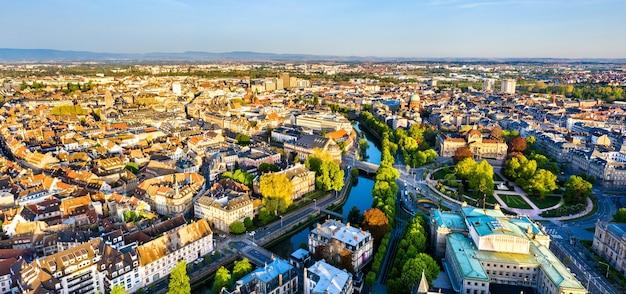 Panorama da cidade velha de estrasburgo com o canal du faux-rempart e a place de la republique - alsácia, frança