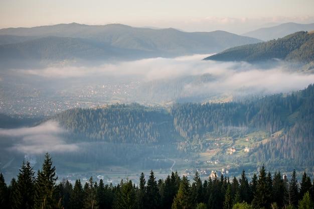 Panorama da cordilheira de nevoeiro