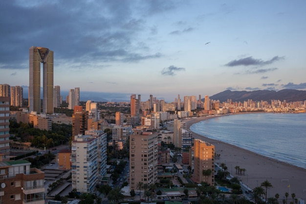 Panorama da costa de benidorm ao pôr do sol