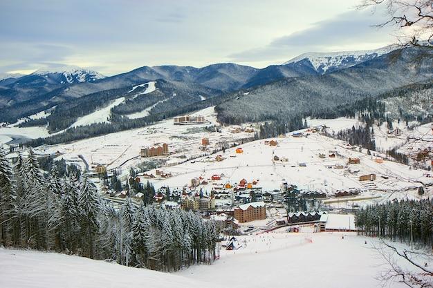 Panorama da estação de esqui bukovel nas montanhas dos cárpatos, ucrânia