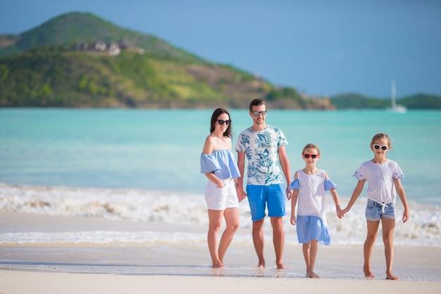 Panorama da família em férias de praia