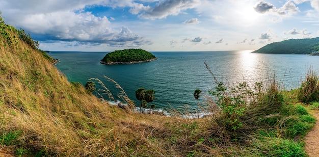 Panorama da ilha e pôr do sol do mar com colorido do céu na luz solar