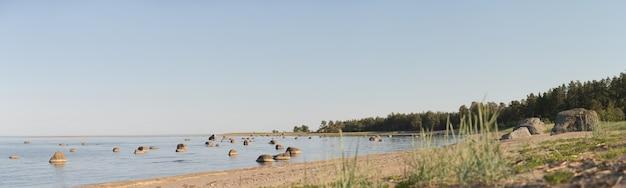 Panorama da lagoa no mar. muitos recifes na água