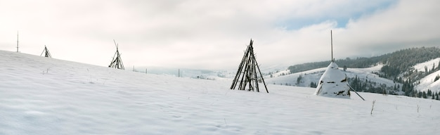 Panorama da montanha do inverno com palheiro na vanguarda (slavske village, região de lviv, ucrânia). imagem do ponto de sete tiros.