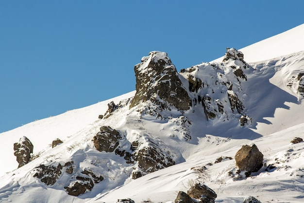 Panorama da paisagem de inverno. montanhas cobertas de neve após a queda de neve.