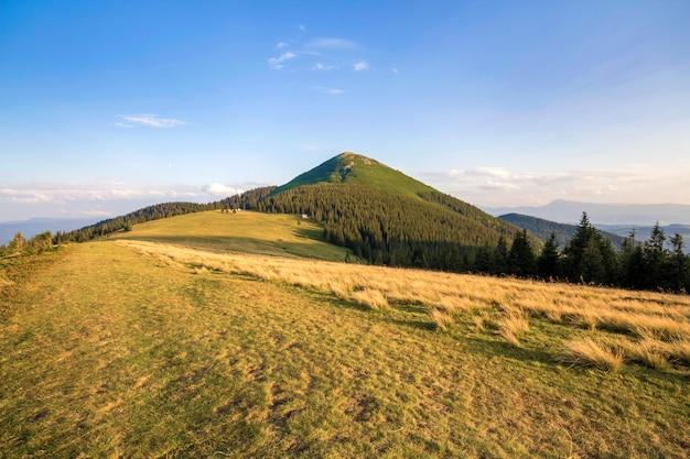Panorama da paisagem de montanhas.