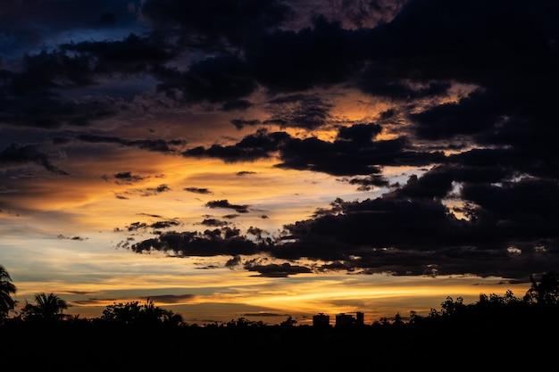 Panorama da paisagem urbana ao pôr do sol