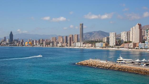 Panorama da paisagem urbana de benidorm, espanha