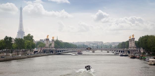 Panorama da ponte alexandre iii e da torre eiffel em paris, frança