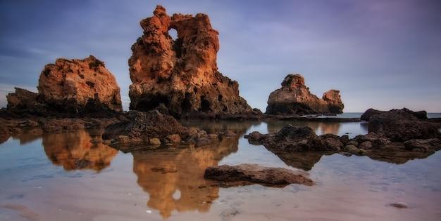 Panorama da praia dos arrifes em albufeira. portugal.
