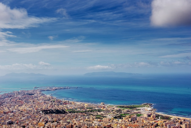 Panorama da primavera da cidade da costa do mar trapany. sicília, itália, europa
