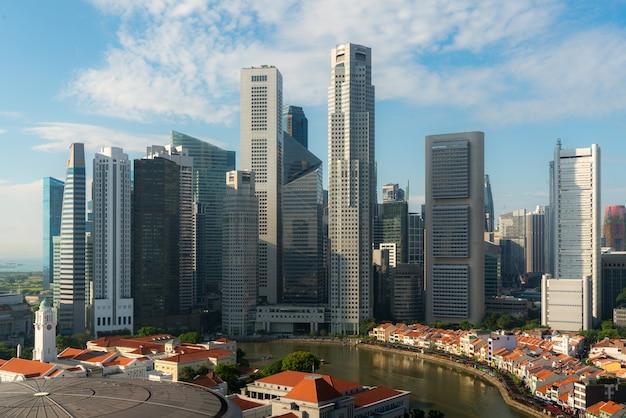 Panorama da skyline e do arranha-céus do distrito financeiro de singapura durante o nascer do sol em marina bay, singapura. turismo asiático, vida urbana moderna ou conceito de finanças e economia empresarial.