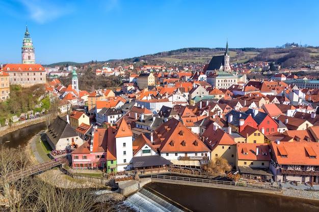 Panorama da vista aérea da cidade velha de cesky krumlov na boêmia do sul, república tcheca, com céu azul
