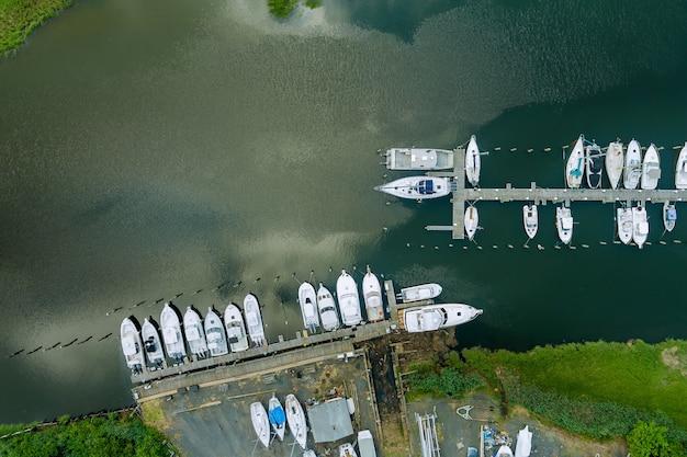 Panorama da vista aérea da plataforma de madeira para o barco na marina do pequeno cais do oceano