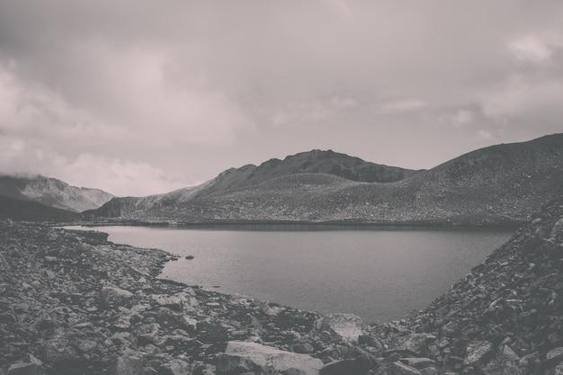 Panorama das cenas do lago nas montanhas, parque nacional dombay, cáucaso, rússia, europa. céu azul dramático e paisagem ensolarada em dia de verão