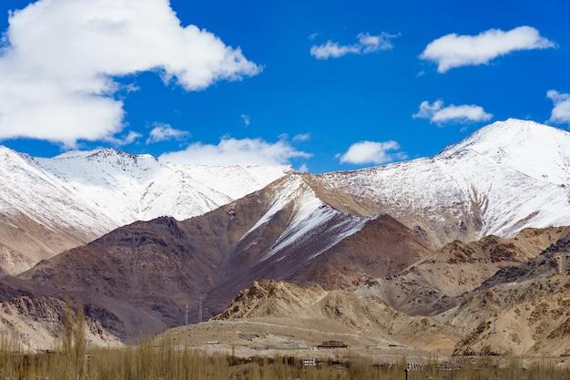 Panorama das montanhas bonitas que cercam leh, índia.