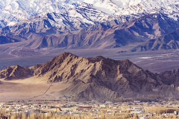 Panorama das montanhas bonitas que cercam leh na luz solar - ladakh, jammu e caxemira, índia.