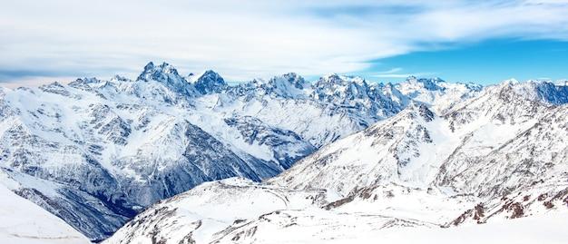 Panorama das montanhas de inverno na neve. paisagem com picos altos