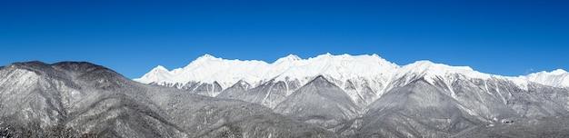 Panorama das montanhas do cáucaso de inverno, krasnaya polyana, rússia.