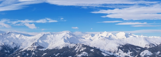 Panorama das montanhas dos alpes de inverno, dia de sol, região áustria