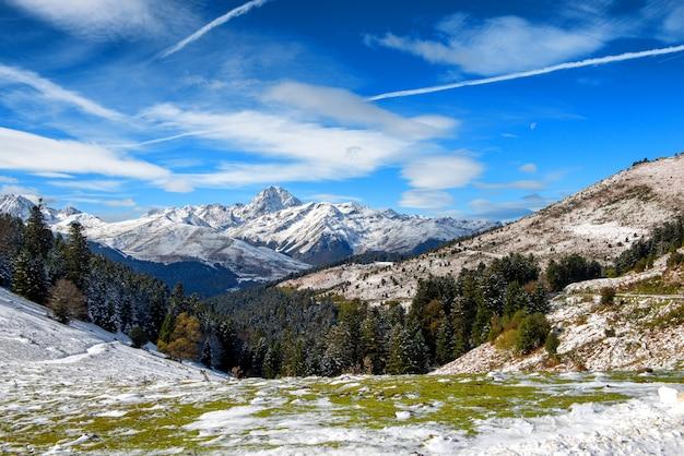 Panorama das montanhas dos pirineus franceses com pic du midi de bigorre