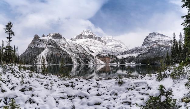 Panorama das montanhas rochosas com neve coberta no inverno no lago ohara, parque nacional yoho