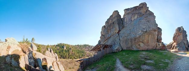Panorama das rochas de urych - no lugar da fortaleza histórica de tustanj nas montanhas dos cárpatos (região de lviv, ucrânia). imagem de costura de cinco tiros.