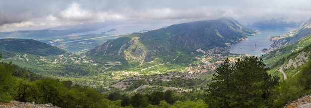 Panorama de baía boka kotorska em montenegro da montanha acima