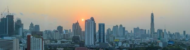 Panorama de bangkok ao pôr do sol