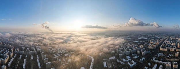 Panorama de bucareste de um drone, bairros de edifícios residenciais, neblina outro terreno, romênia