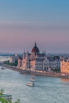 Panorama de budapeste ao pôr do sol. marcos húngaros: ponte das correntes, parlamento e rio danúbio em budapeste.