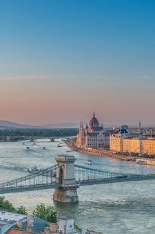 Panorama de budapeste ao pôr do sol. marcos húngaros