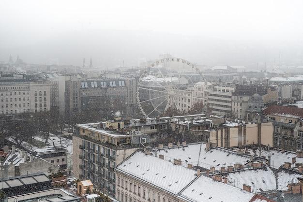 Panorama de budapeste com a roda gigante na praça erzsebet no inverno. hungria