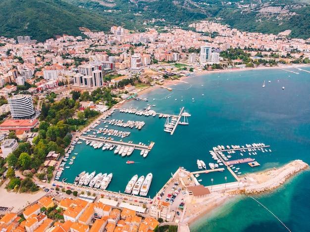 Panorama de budva em montenegro em um dia ensolarado de verão, vista aérea