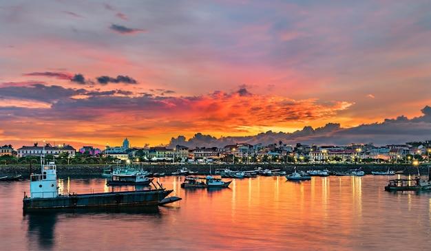 Panorama de casco viejo, o bairro histórico da cidade do panamá ao pôr do sol. patrimônio mundial da unesco na américa central