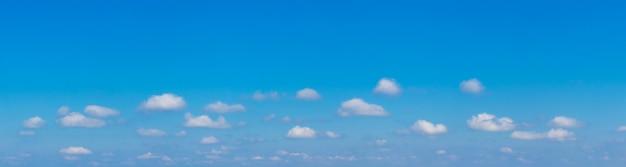 Panorama de céu azul com pequenas nuvens cúmulos