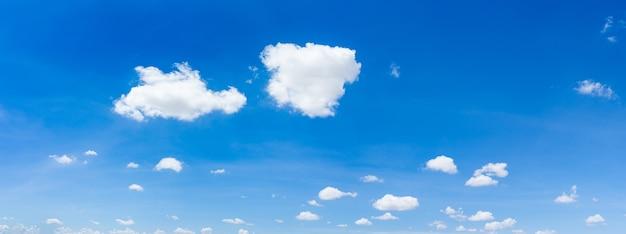 Panorama de céu azul e nuvens com fundo natural de luz do dia.
