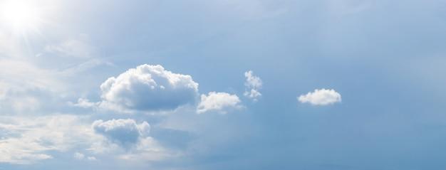 Panorama de céu ensolarado com nuvens pequenas