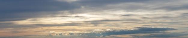 Panorama de céu escuro e nublado dramático ao pôr do sol