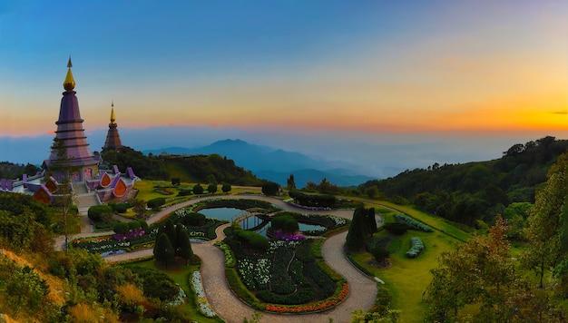 Panorama de dois pagode na montanha inthanon